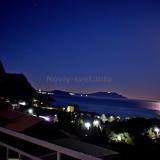 Вид с балкона ночью, лунная дорожка. Полнолуние.