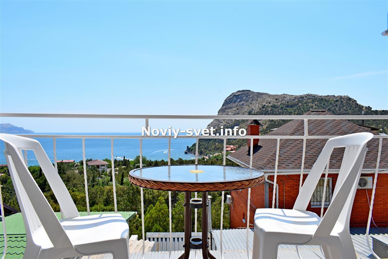 Вид с балкона в № 4, на море и гору Орёл