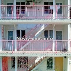 Фасад здания. Номер расположен на 3м этаже, слева.