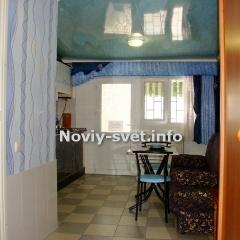 Вид на кухню из спальни, дверь слева - в санузел.