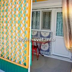 Беседка при входе в номер с калиткой ( калитка есть на фотографии фасада)
