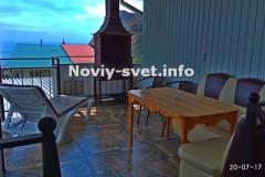 Терраса с видом на море, шезлонгом и мангалом