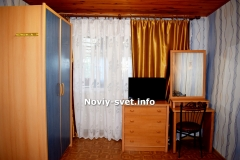Вид с кровати на вход в комнату.