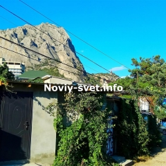 Улица, кованная калитка справа - вход в номер Династия № 4